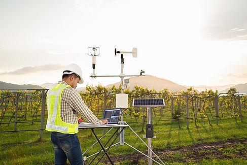 Durchführung von technischen Messungen durch einen Arbeiter in einem Agrarfeld