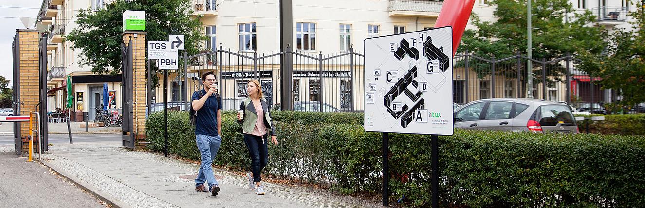 Zwei Studierende am Eingang vom Campus Wilhelminenhof